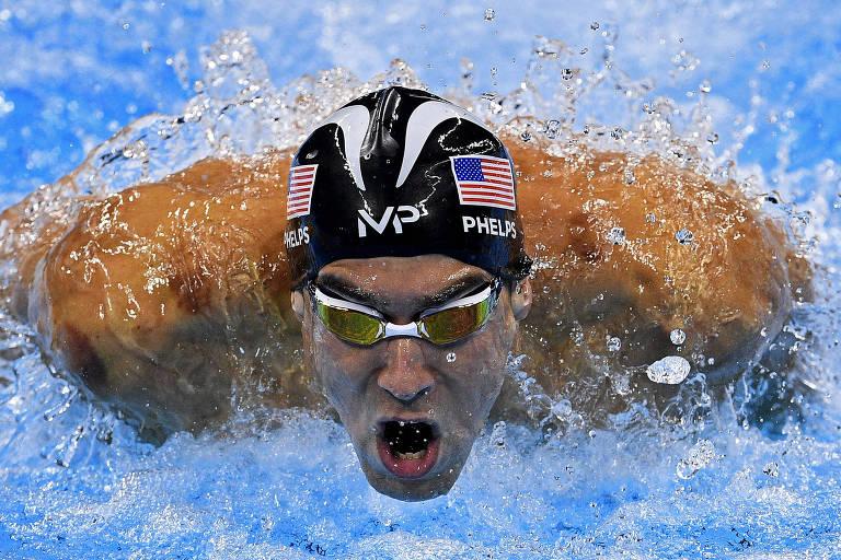 Michael Phelps em primeiro plano na piscina