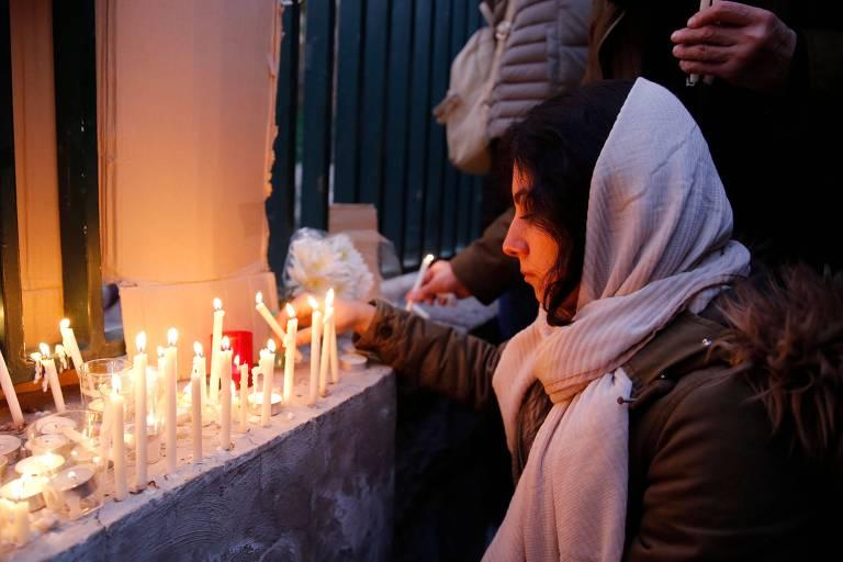 Iraniana acende velas para vítimas da queda do avião, atingido por míssil, em Teerã