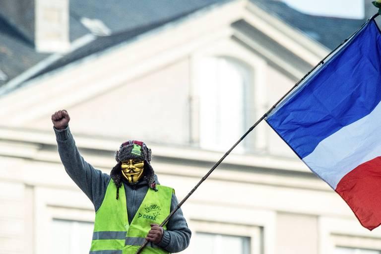 manifestante com bandeira e mascara