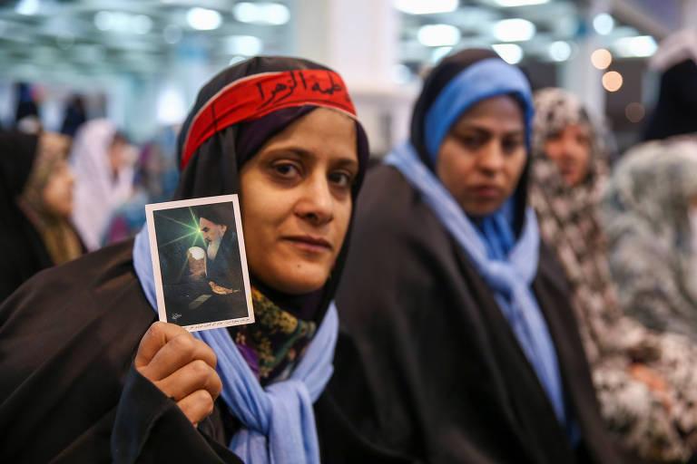 mulher com foto na mão
