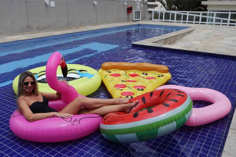 Daniela Holochi, com boias em formatos de pizza e melancia, que conheceu há dois anos; brincadeira foi tanta que ela decidiu comercializar o produto
