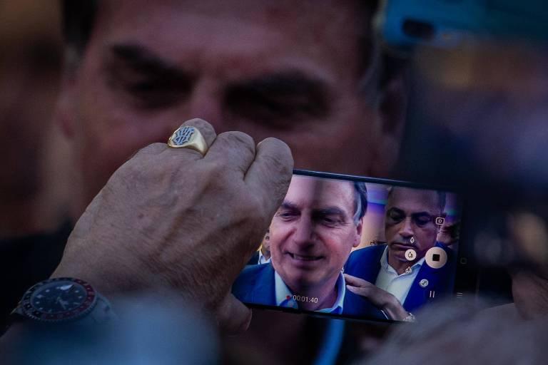 O presidente Jair Bolsonaro,em imagem de celular,  durante inauguração em Santa Casa de Santos