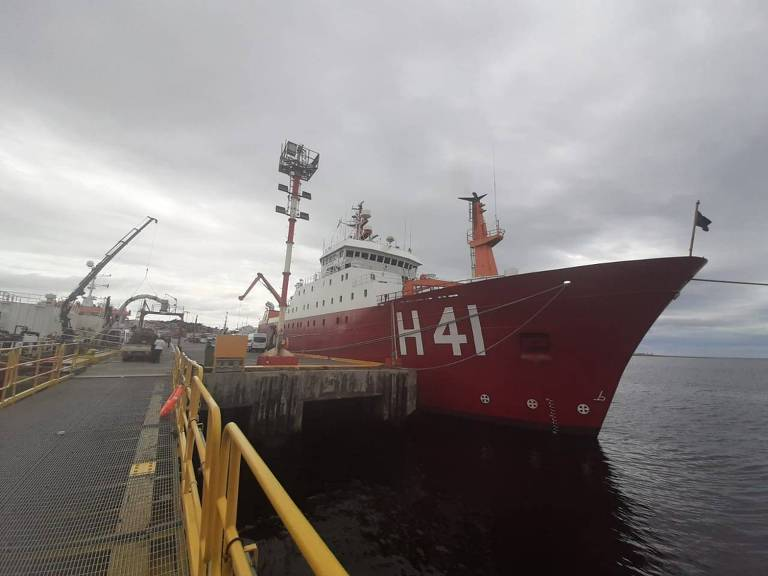 Navio tio Max leva militares e jornalistas para a Antártida