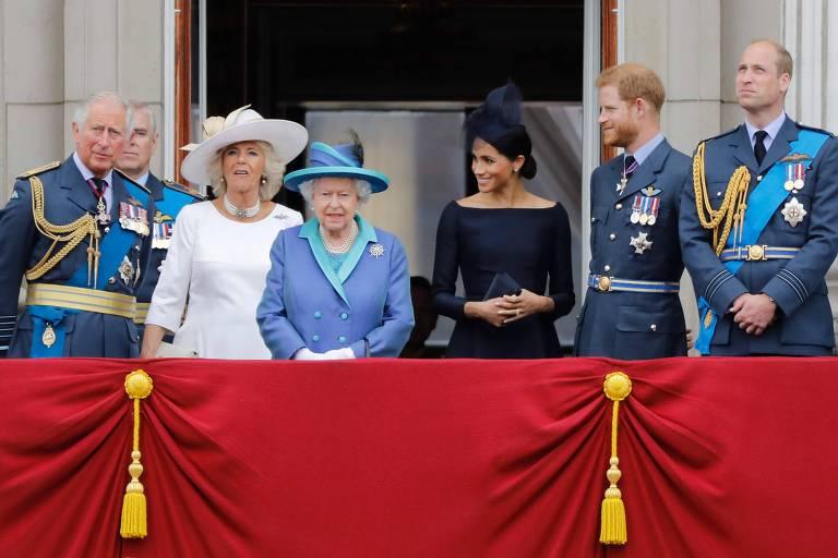 Membros da família real britânica posam para foto durante parada militar. da esquerda para a direita: príncipe Charles, Camilla, duquesa de Cornwall, a rainha Elizabeth segunda, a duquesa de Sussex, Meghan Markle, o duque de Sussex, príncipe Harry, e o duque de Cambridge, o príncipe William