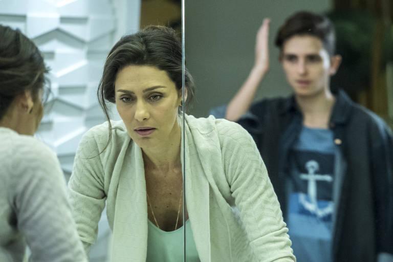 Joyce (Maria Fernanda Cândido) vê Ivana (Carol Duarte) transformada, com barba, na novela A Força do Querer