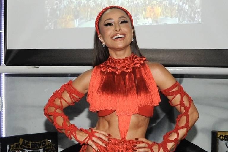 Sabrina Sato arrasa com look vermelho no primeiro ensaio do ano na quadra da Gaviões da Fiel
