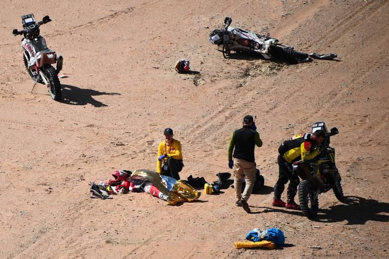 O piloto português Paulo Gonçalves é atendido após acidente no Rali Dacar, neste domingo (12)