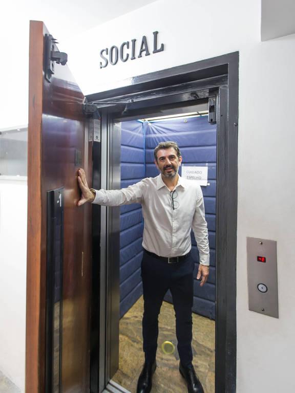 O síndico Marcelo Lopes, no elevador do condomínio que administra na zona oeste