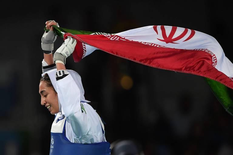 Medalhista olímpica do Irã deixa o país e diz ser usada por regime