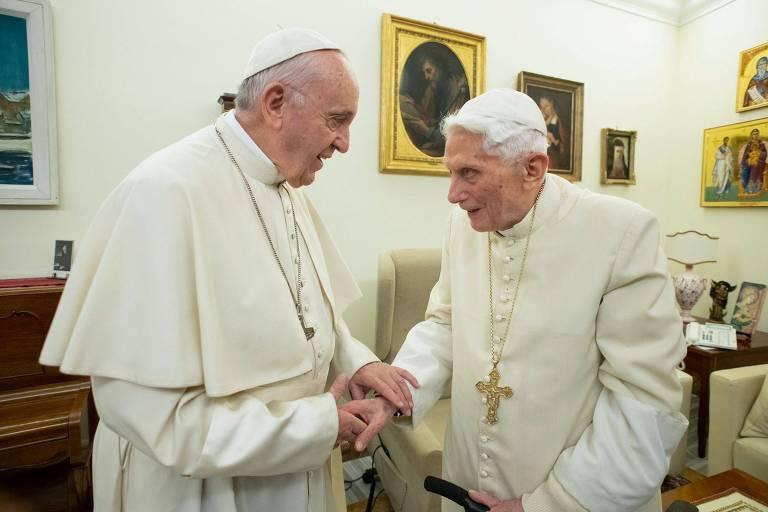 Papa Francisco (esq.) e o papa emérito Bento 16 durante encontro no Vaticano no final de 2018