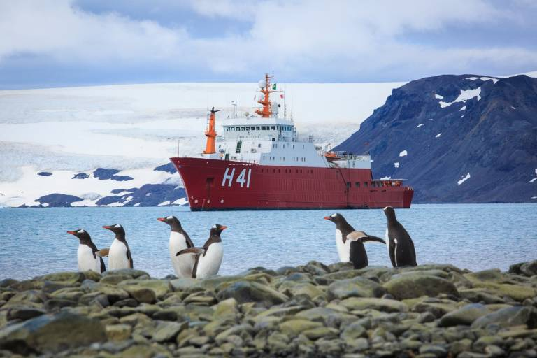 Navio tio Max leva jornalistas e militares para a Antártida