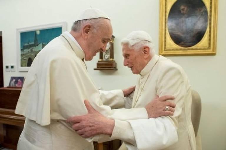 Papa Francisco cumprimenta o papa Bento 16