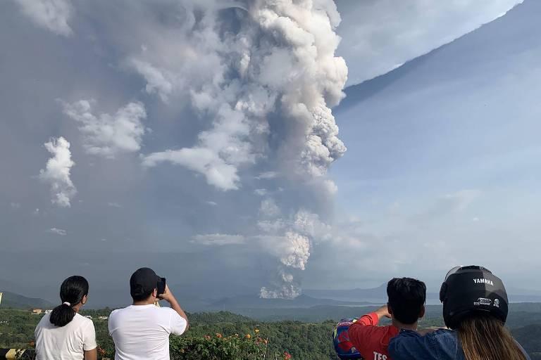 Filipinas fecham escolas e escritórios enquanto aguardam erupção iminente de vulcão