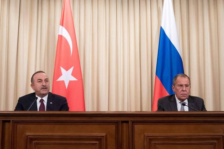 O chanceler turco, Mevlut Causoglu, e seu colega russo, Serguei Lavrov, falam sobre o acordo em Moscou