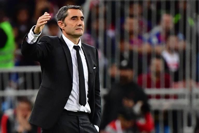 Ernesto Valverde comanda o Barcelona durante a partida contra o Atlético de Madri, pela Supercopa da Espanha