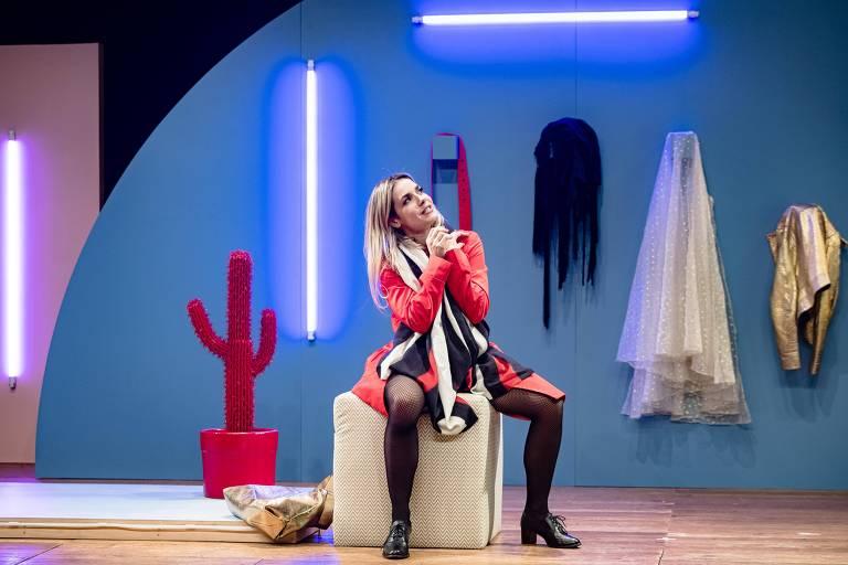 """Monique Alfradique na peça """"Como Ter Uma Vida Quase Normal"""""""