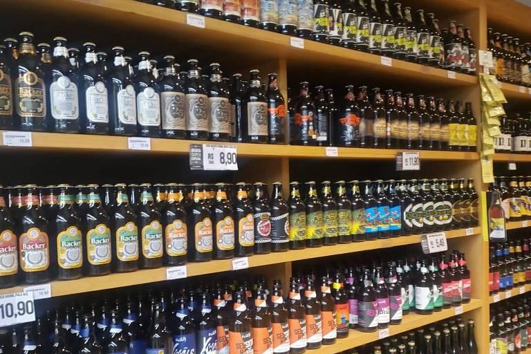 Gôndola de supermercado em Belo Horizonte com cervejas da marca Backer