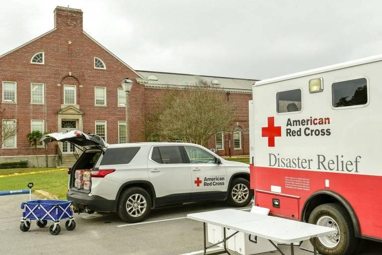 Veículo da Cruz Vermelha na entrada da base de Pensacola, na Flórida, no dia do ato terrorista