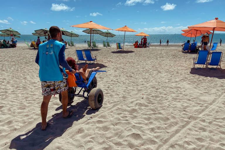 Projeto da prefeitura de Maceió permite a cadeirantes chegar à areia e ao mar