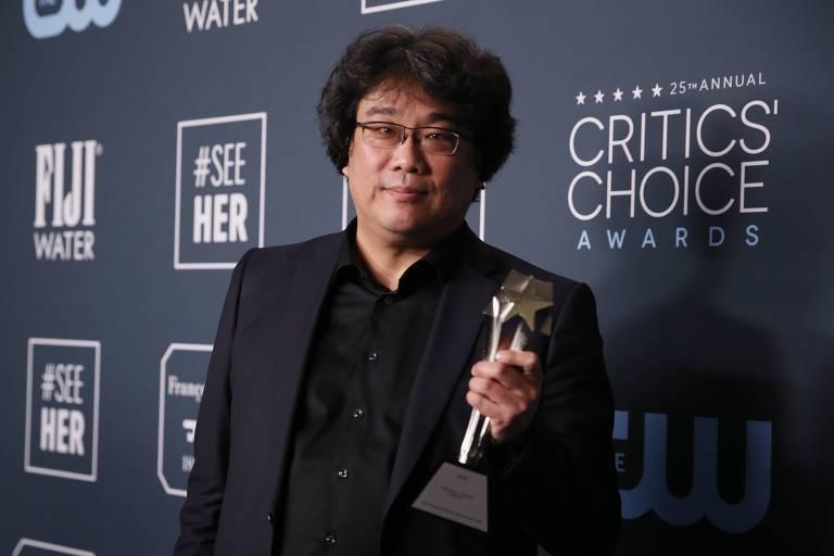 O diretor posa com prêmio na 25ª edição do Critics' Choice Awards