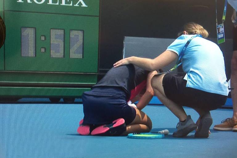 A tenista Dalila Jakupovic passa mal durante o Aberto da Austrália, devido à fumaça dos incêndios que atingem o país