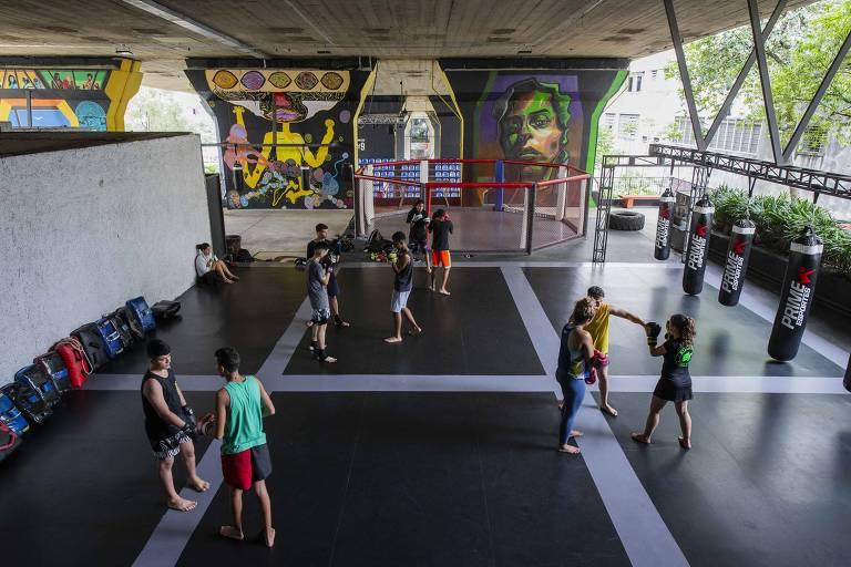Alunos de muay thai treinam em área revitalizada do viaduto Júlio de Mesquita Filho, no centro de SP