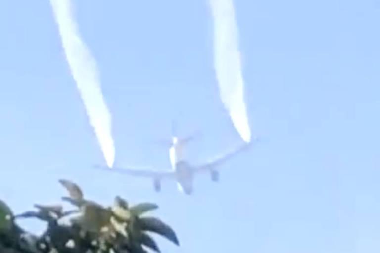 Avião se aproxima do aeroporto de Los Angeles para pouso de emergência
