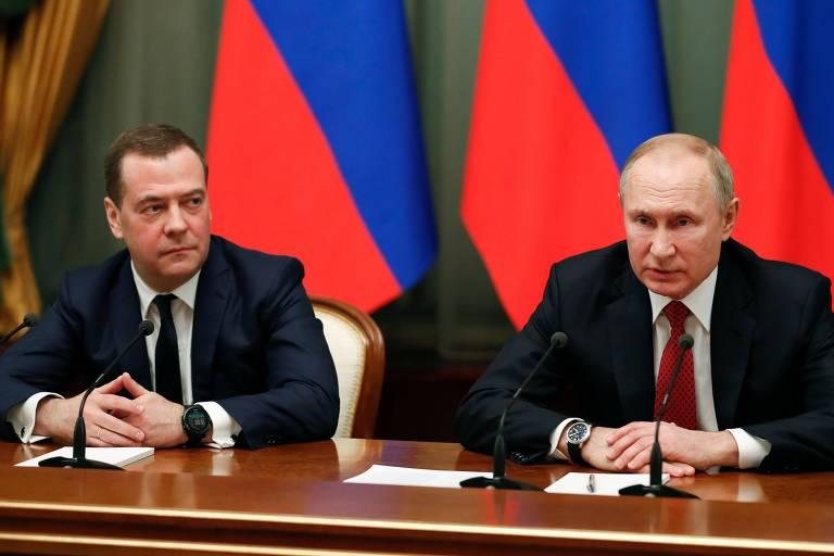 Putin fala ao lado do demissionário Medvedev na reunião em que foi apresentado o novo governo russo