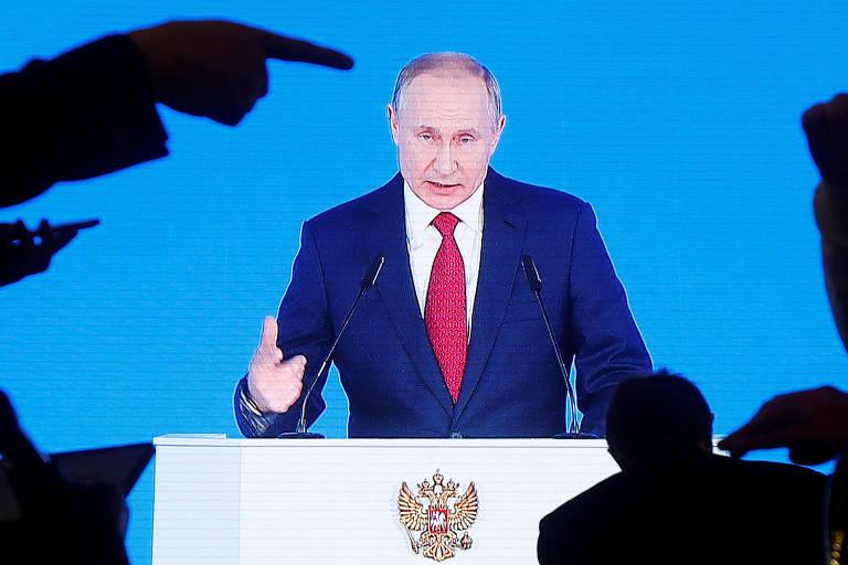 Putin aparece no telão durante discurso do estado da União, em Moscou