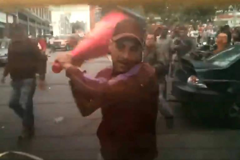Homem que seria de milícia chavista ataca carro que levava deputados da oposição ao parlamento