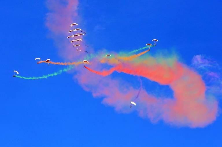 Integrantes da Força Aérea soltam fumaça colorida durante show no ar