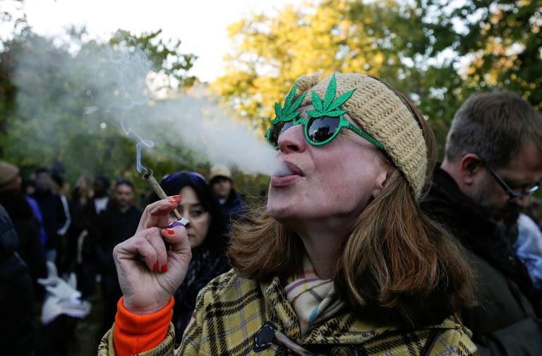 Mulher fuma maconha em parque