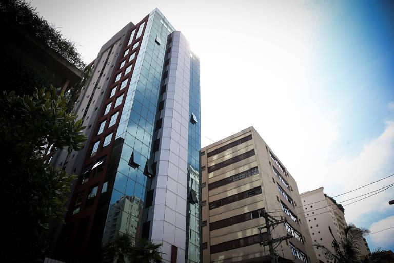 Imagem mostra um prédio alto e espelhado
