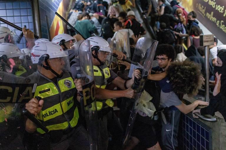 Policiais e manifestantes durante protesto contra aumento das passagens de ônibus e de metrô