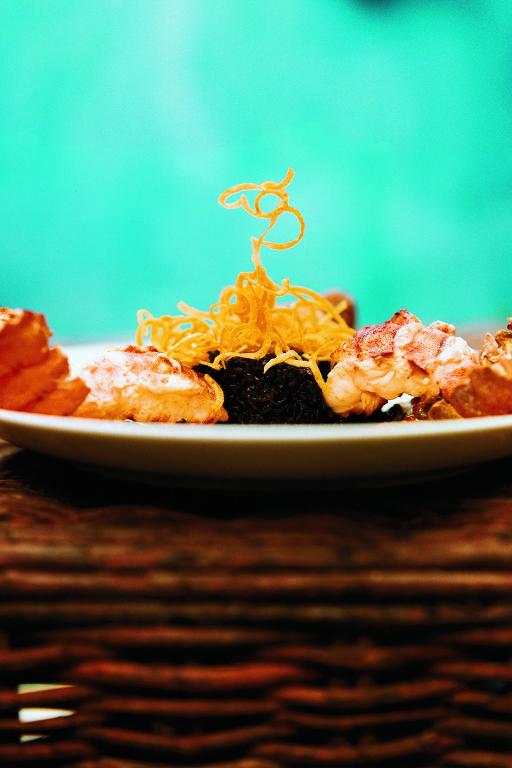Cavaquinha com arroz negro e crocante de mandioquinha, do restaurante Manacá, em Camburi, praia de São Sebastião, no litoral norte de São Paulo