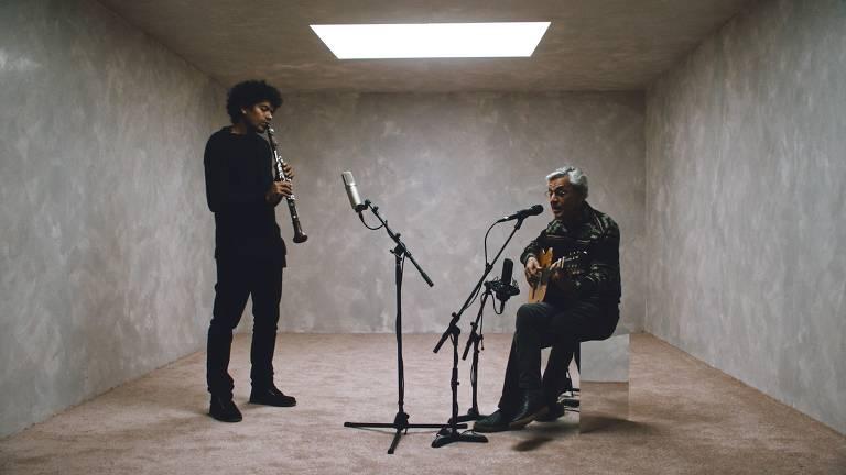 homens em estúdio tocando instrumentos