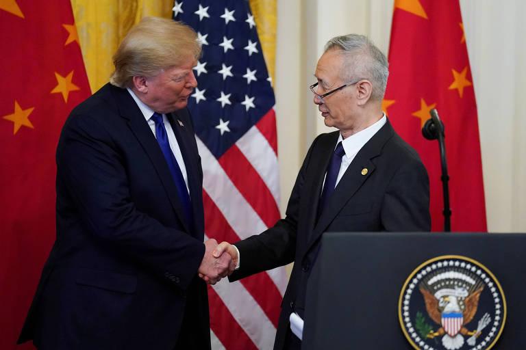Na foto, o presidente dos Estados Unidos, Donald Trump e o vice-primeiro ministro chinês, Liu He, apertam as mãos