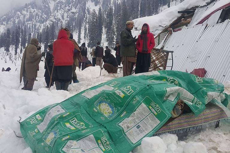 Moradores se reúnem perto de corpo de vítima de avalanche no vale Neelum