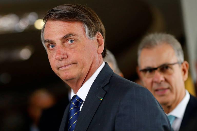 Bolsonaro olha para frente e comprime a boca