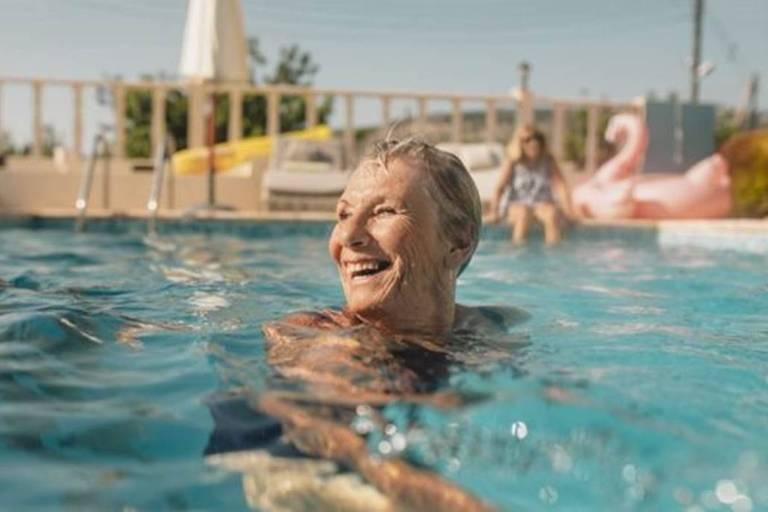 idosa feliz na piscina