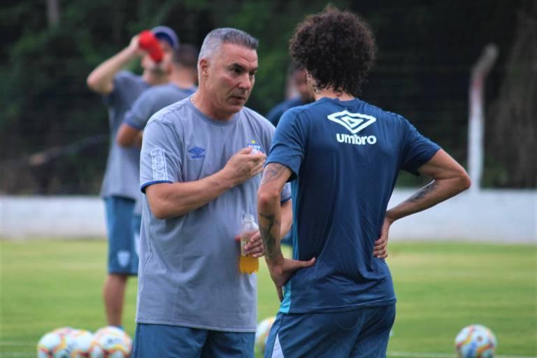 O técnico Augusto Inácio conversa com o meia Valdívia durante treino do Avaí