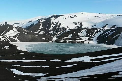 Parte preservada da ilha Deception, na Antártida; outra parte é liberada para o turismo