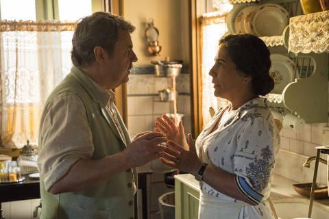 Lola (Gloria Pires ) e Afonso (Cássio Gabus Mendes) começam um relacionamento