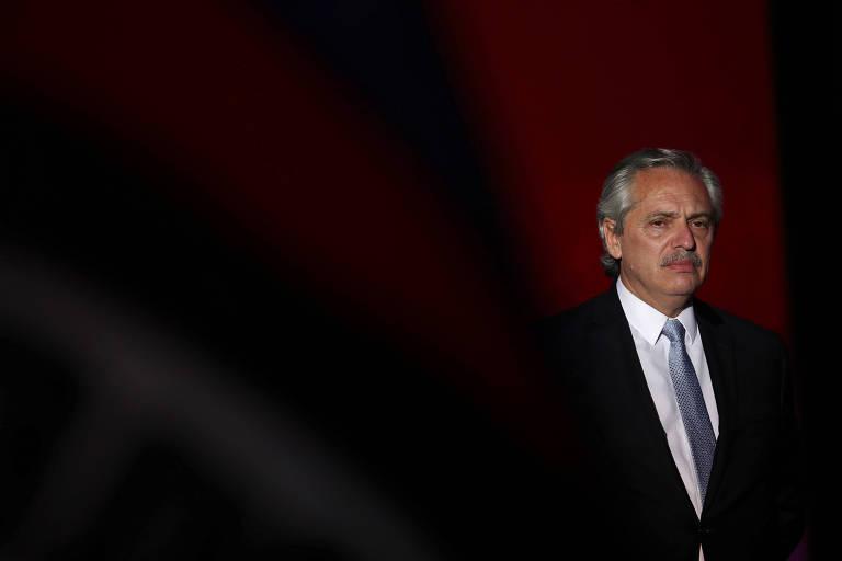 Na foto, o presidente da Argentina, Alberto Fernandéz, aparece do lado direito da foto, com um semblante sério