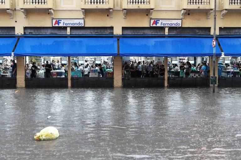 Chuva alaga ruas de São Paulo
