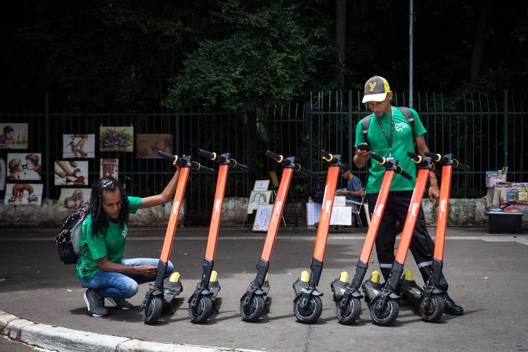 Funcionários da Grow contratados para orientar usuários e ajudar a proteger as patinetes