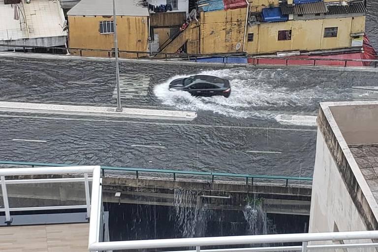 Carro enfrenta alagamento no elevado João Goulart, o Minhocão, na tarde desta quinta-feira (16)