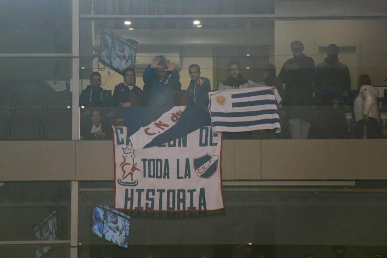 Manga acena para torcedores em camarote no Gran Parque Central, estádio do Nacional