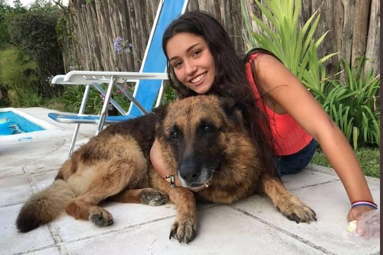 Menina argentina leva mordida de cachorro