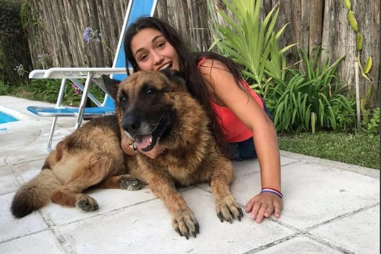 Jovem argentina tenta fazer foto com cão, leva mordida e mostra nas redes sociais